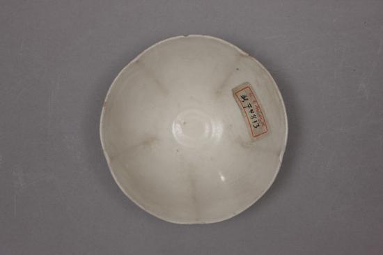 定窑白釉花口碗,晚唐,高4.1cm,口径12.9cm,足径5.1cm。故宫博物院藏。