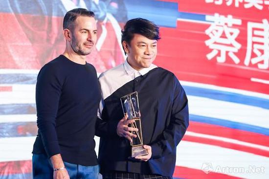 """设计师Marc Jacobs(左)为""""2018时尚数字大奖""""年度最具数字影响力跨界美学倡导者蔡康永(右)颁奖"""