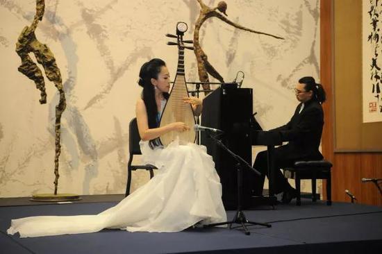 ▲中国钢琴演奏家刘兴辰、琵琶演奏家赵聪共同演绎《绽放》