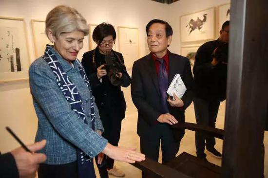 """▲时任联合国教科文组织总干事博科娃女士参观""""韩美林全球巡展·美林的世界在巴黎"""""""