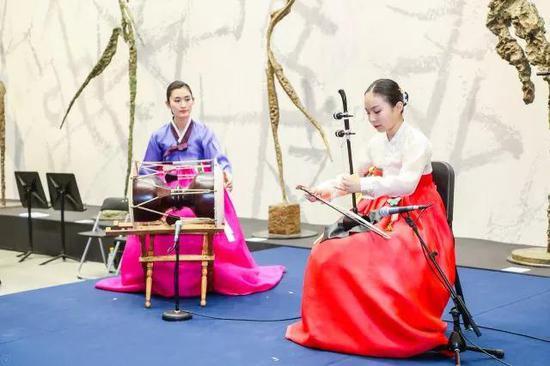 ▲艺术殿堂儿童艺术团的金恩庆老师带领学生Shinbi表演韩国传统长鼓鼓点《奚琴散调》