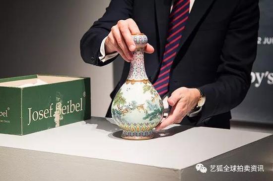 """蘇富比专家展示此件""""清乾隆 宫粉地洋彩鹤鹿同春如意瓶"""""""