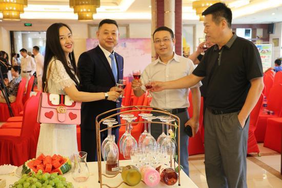 活动结束后安排了酒会进行交流!夏令营活动通过文化、艺术等方面的青少年交流活动,向世界阐释并推介更多具有中国特色、体现中国精神、蕴藏中国智慧的优秀文化。