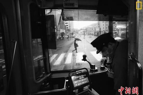城市组第一名 摄影师:Hiro Kurashina 图片说明:日本长崎,从电车上看到的街景。这是一辆外表老旧,但却配有先进设备的电车。