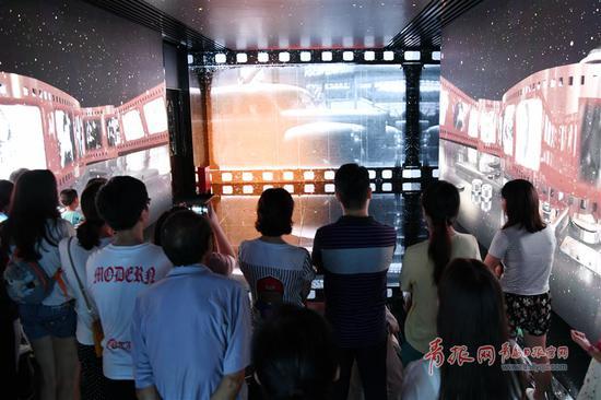 参观者在百年电影展厅感受青岛的电影历史。