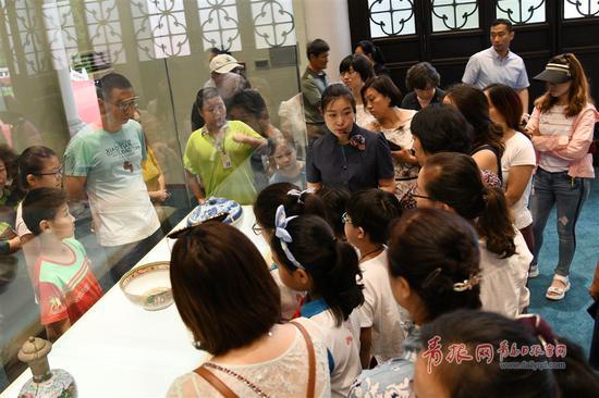 讲解员为参观者介绍展品。