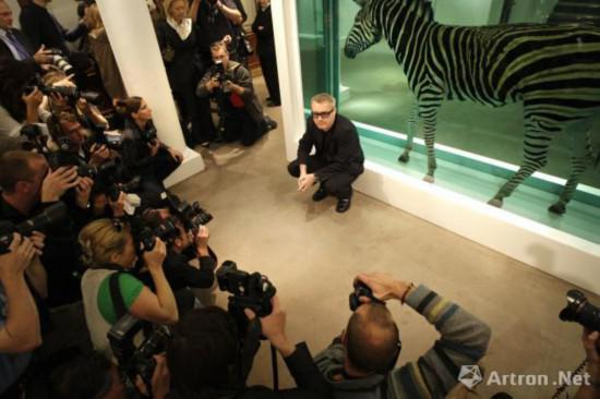 2008年,达明·赫斯特与即将被拍卖的作品合影,SHAUN CURRY/AFP/Getty Images