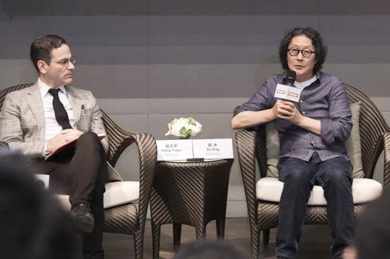 展览的策展人、UCCA馆长田霏宇与徐冰先生