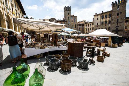 ↑这是8月4日在意大利阿雷佐拍摄的摊位和市中心广场。