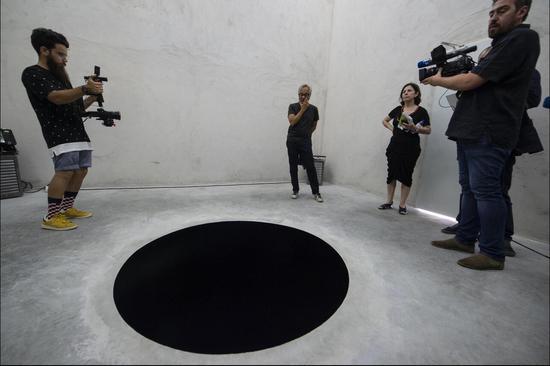 """葡萄牙博物馆展出""""黑洞"""" :游客以为是黑色的画"""