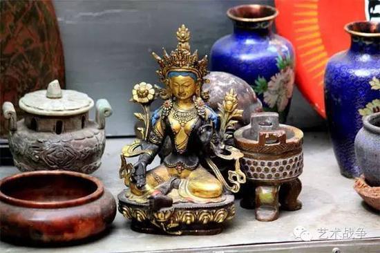 二是将这些仿制的文物出售给北京的文物代销店;