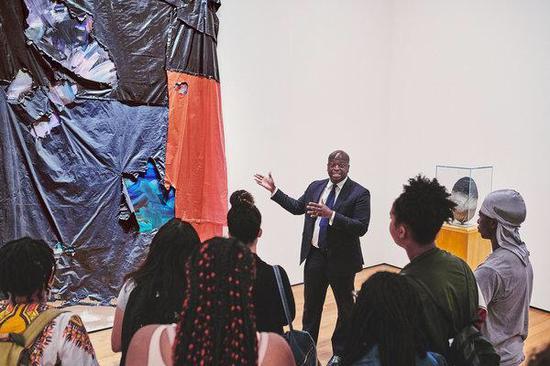 阿基利·托马斯诺向学生们介绍艺术家戴维·哈蒙斯