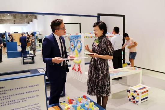 北京民生现代美术馆馆长周旭君与参展艺术家现场交流