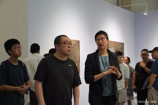 博而励画廊合伙人贾伟(右)