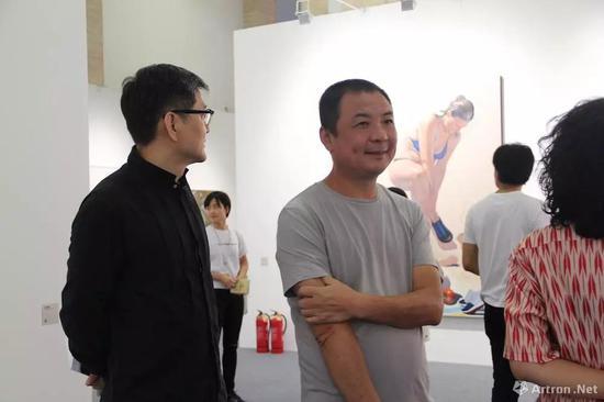 艺术家王音(右)