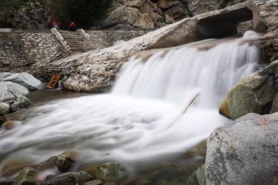 岩画景区内潺潺流水。