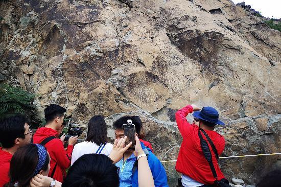 岩石上的贺兰山岩画让感受远古游牧民族的生活场景。