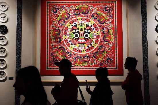 参观韩美林艺术馆的展品。