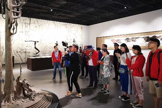 韩美林艺术馆,让媒体记者近距离感受艺术大师的风范。