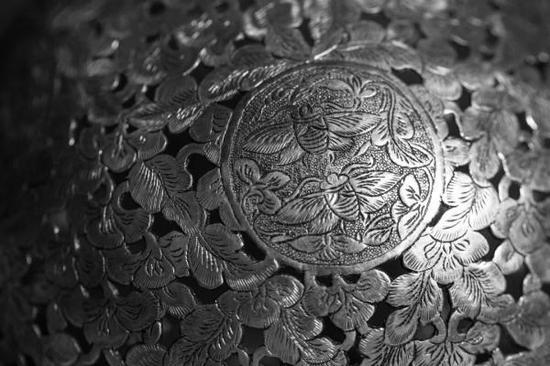 唐·鎏金双蜂团花纹镂空银香囊(局部特写),法门寺博物馆藏长安多丽人