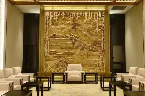 为杭州G20峰会创作大型木雕壁挂《忆江南》
