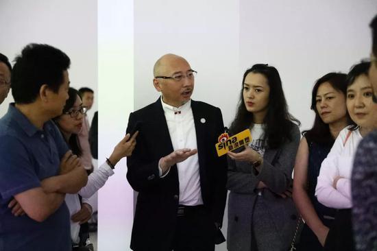 李象群在现场接受新浪雕塑记者采访