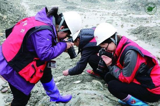 图说:考古人员在现场采集文物信息。