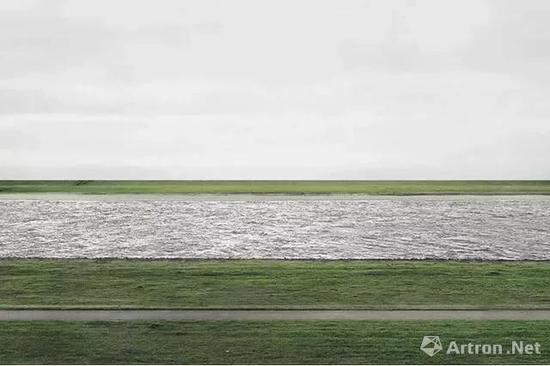 ▲Andreas Gursky《莱茵河II》