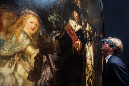 荷兰国立博物馆馆长蒂比斯与《夜巡》。图/荷兰国立博物馆提供