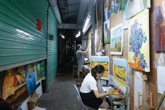 广东深圳大芬村,一个占地仅0.4平方公里的小村落,却有上万的人在这里画画。