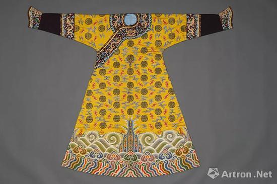 清乾隆明黄色彩云蝠团寿纹妆花缎女棉袍