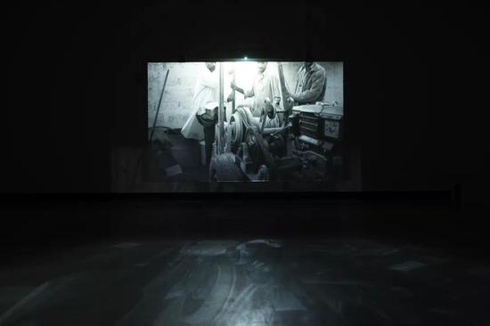 《迪里拜尔》红砖美术馆展出现场阿彼察邦-韦拉斯哈古和柴-斯里斯2013