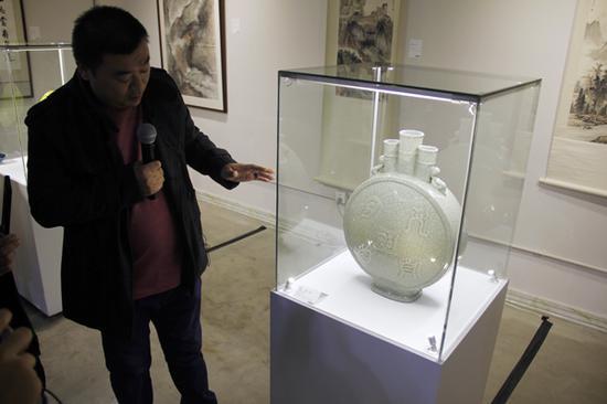 北京华辰瓷器工艺品部主管进行亮点拍品讲解