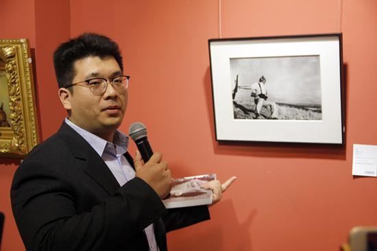华辰影像业务助理杨岳讲解罗伯特·卡帕名作《倒下的士兵》