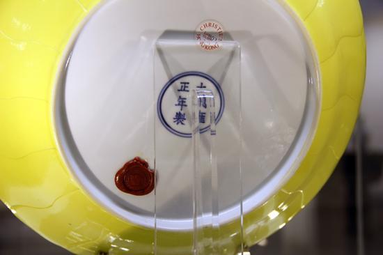 清雍正柠檬黄釉莲形盘款识