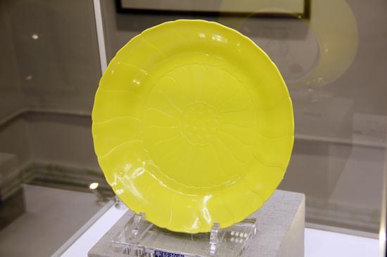 清雍正柠檬黄釉莲形盘 直径:29.4cm 估价待询