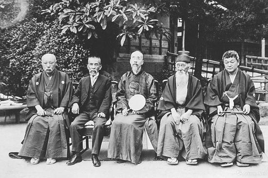 内藤湖南(右一)与罗振玉(右三)等,都曾是住友家族的顾问