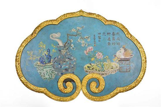 此次上拍的清乾隆 铜胎掐丝珐琅御制诗博古图如意挂屏