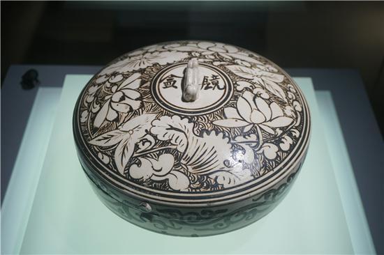 南京博物院藏北宋磁州窑瓷镜盒(霍宏伟摄影)