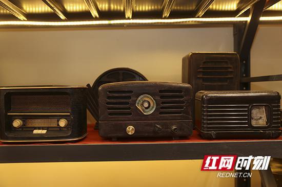 老式收音机。