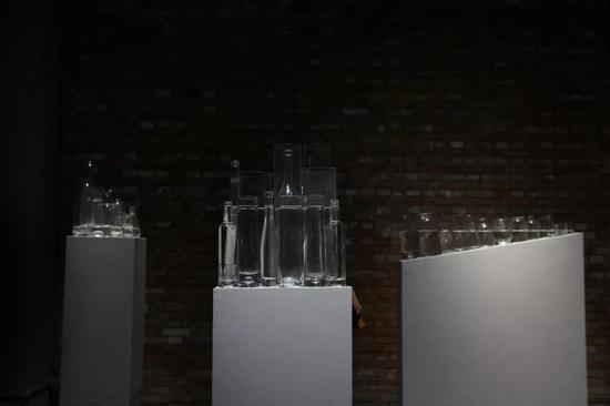 王礼军《水平》尺寸不定_玻璃器皿、水 2018