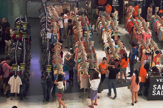 2013年,北京,新世界百货商场里琳琅满目的服装。