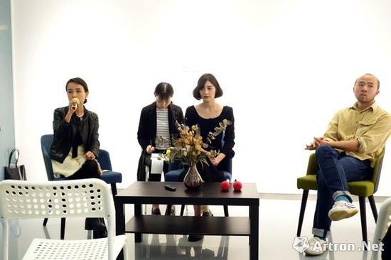 """""""网红""""艺术家阿马利娅·乌尔曼(1989年)在金杜艺术中心展览新闻发布会现场"""