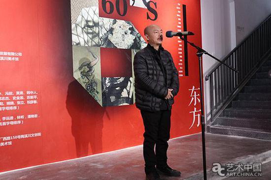 参展艺术家张方白在开幕式上发言