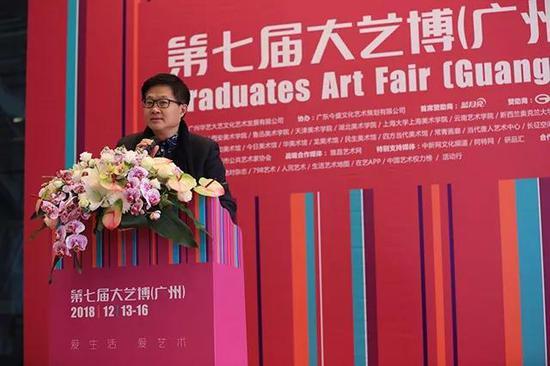 著名策展人、艺术批评家吕澎宣布本届获奖青年艺术家名单
