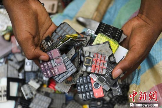 当地时间2018年11月30日,Desire Koffi在工作坊展示废弃手机键盘。