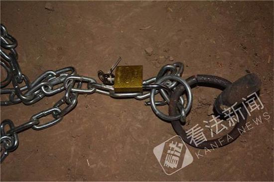 窑洞内的锁链。 法制晚报·看法新闻 图