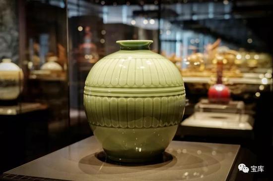 龙泉青瓷《青釉菊瓣瓶》