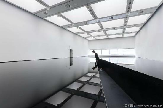 理查德·威尔逊的《20:50》的展览现场视图(1987)。图片:艺术家,由2018年海沃德画廊提供;由马克·柏罗尔拍摄