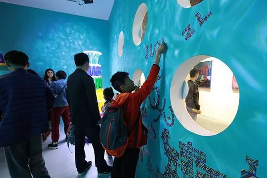 """而另一处好玩的互动体验区,就是展馆入口的""""生活潮享 · 未空间"""" ——"""